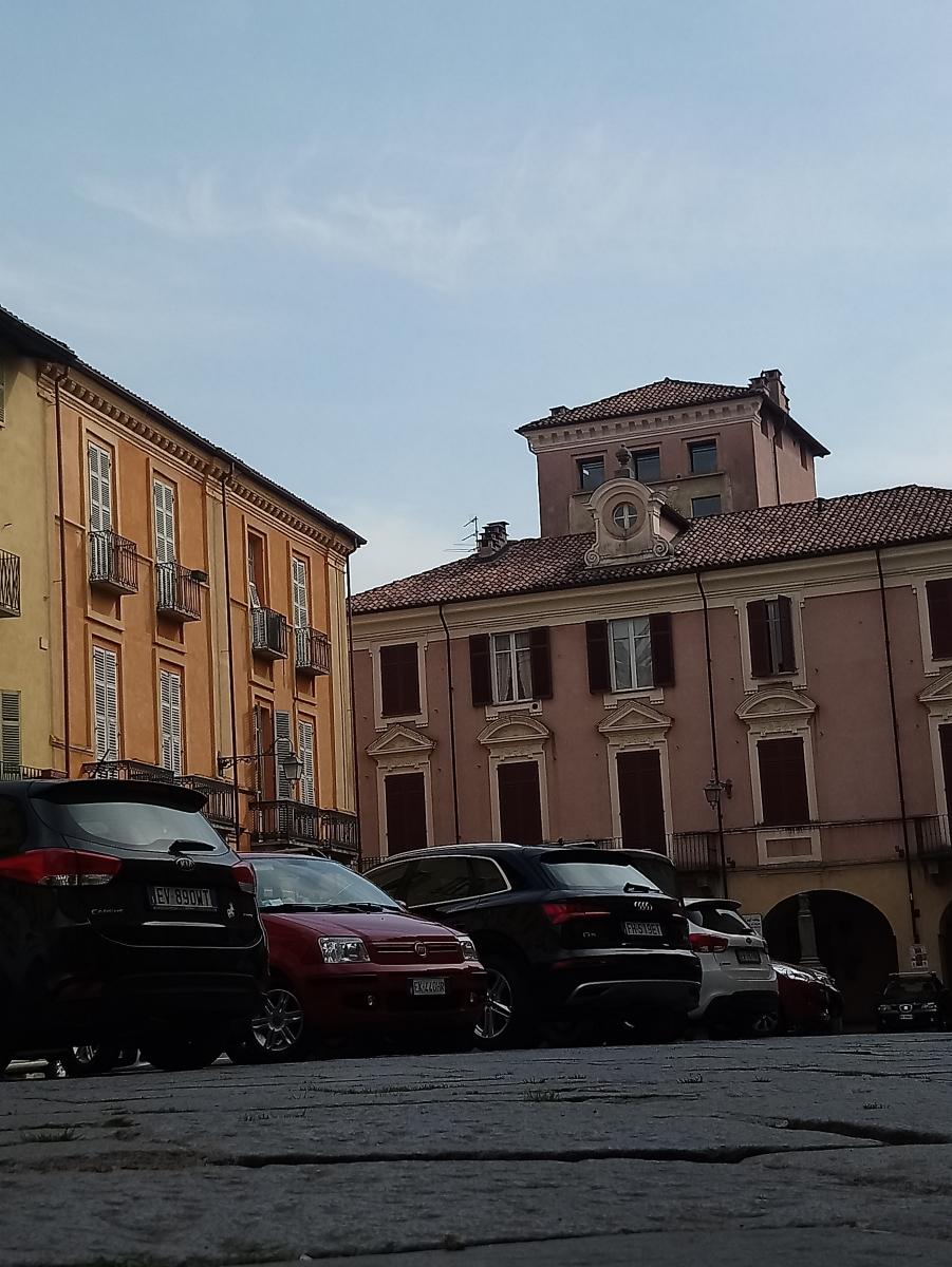 #IVostriScattiDelBiellese – Particolarità degli edifici di piazza Cisterna al Piazzo
